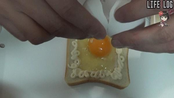 トーストのふちをマヨネーズで囲う