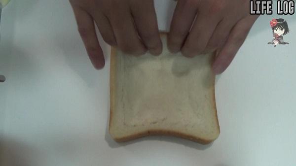 トーストを押し込んでへこます
