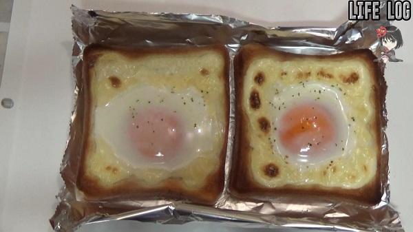 オーブントースターからトーストを取り出して卵玉子の様子を見る