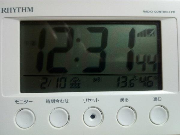 日付の表示、六曜表示、温度、湿度、1,000円を切る価格とは思えないほどの多機能