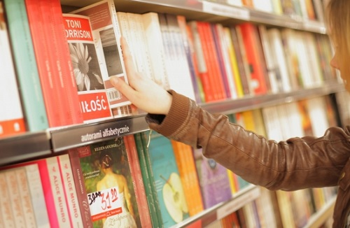 書店で本を選ぶ外国人女性