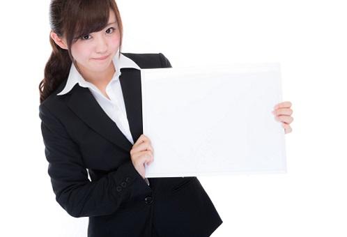 フリップカードを持つ女性