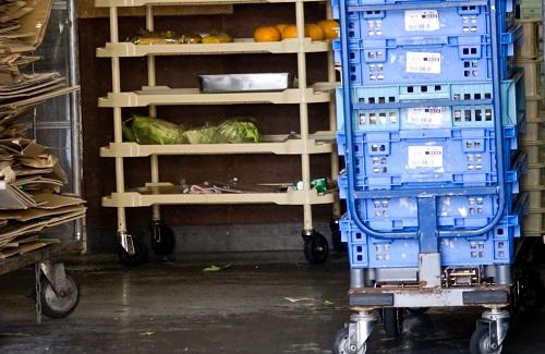 倉庫内の様子と商品