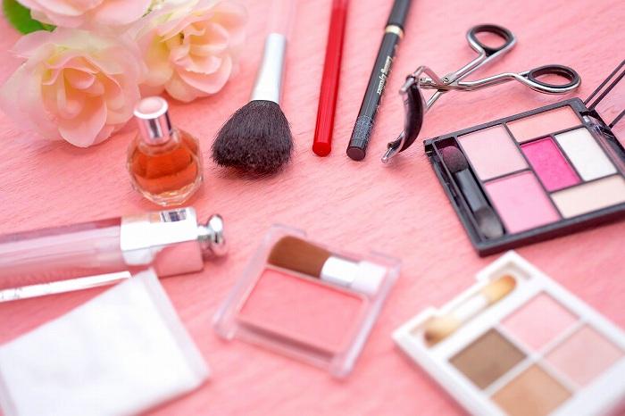 女性の化粧品セットと数々
