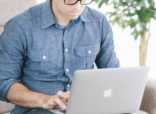 ブログを書く男性