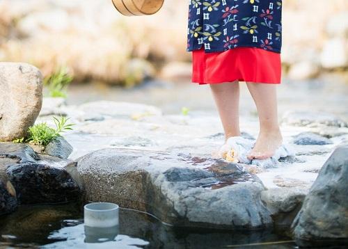 温泉と女性の足元