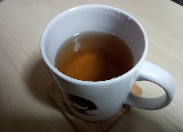 お茶を入れたオリジナルコップ