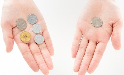 手の平に乗せた小銭