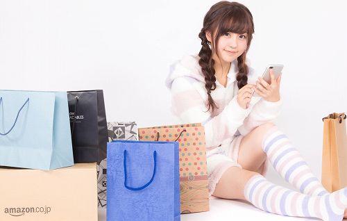 スマホを使ってAmazonで買い物する女性
