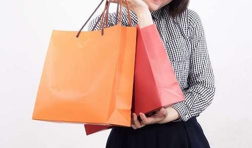セールで買い込んだ女性