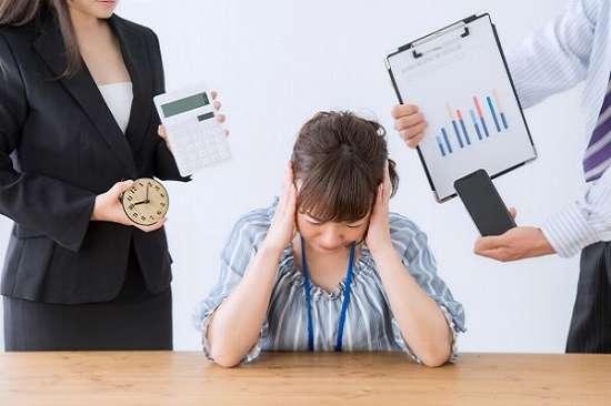怒られている女性会社員