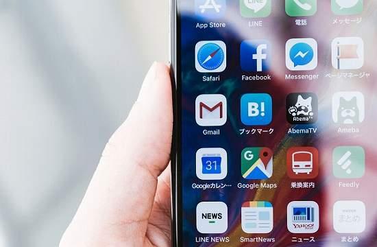 スマホのホーム画面に並ぶアプリ