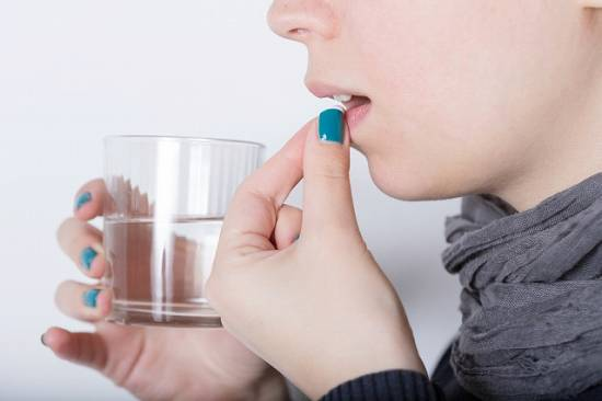 治験薬を飲む女性