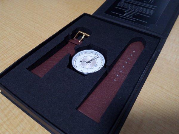 箱に詰められている時計盤とベルト
