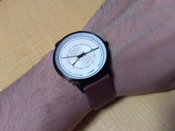 SJÖ腕時計を実際に見に付けている写真
