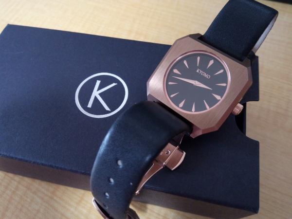 箱の上に乗せられたKYOMO腕時計