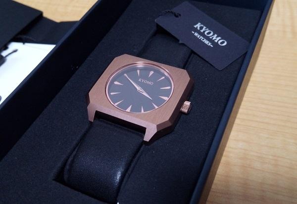 箱に収まっているKYOMOの腕時計