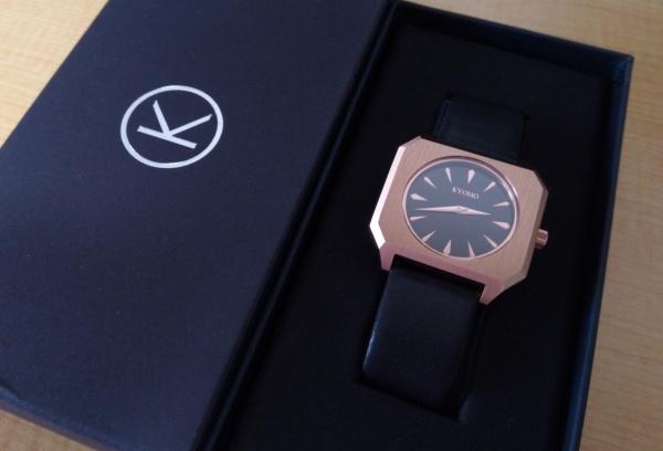 箱に収められたKYOMOの腕時計
