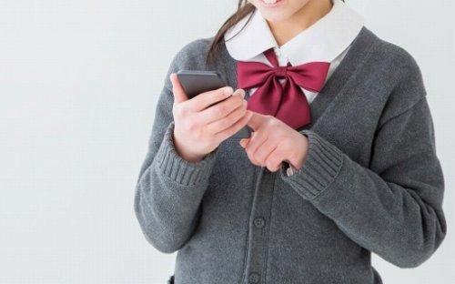 ライブ配信アプリを楽しむ女子高生