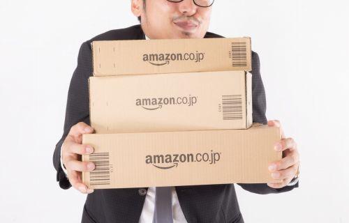 Amazonブラックフライデーで購入した商品を持つ男性