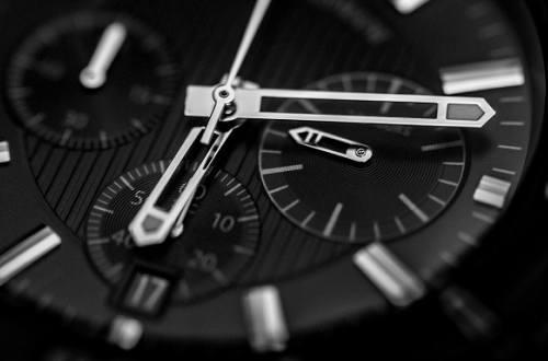 時間を刻む黒い腕時計